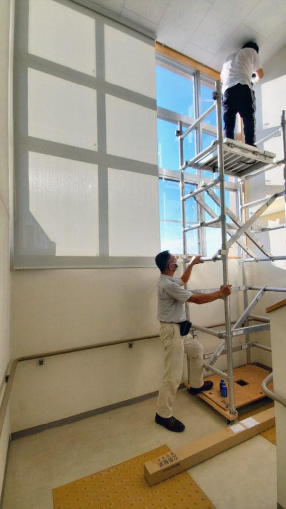 高窓足場での施工